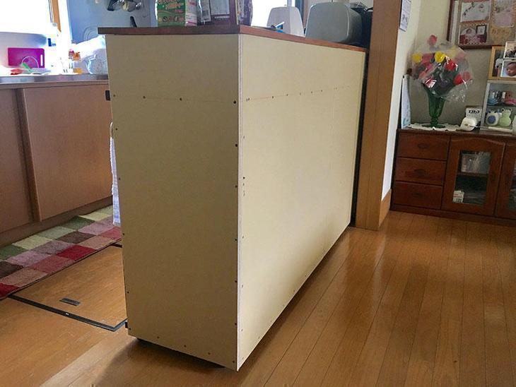 食器棚にクロスを貼れるよう、Mクロスで下地をしました。担:亀田