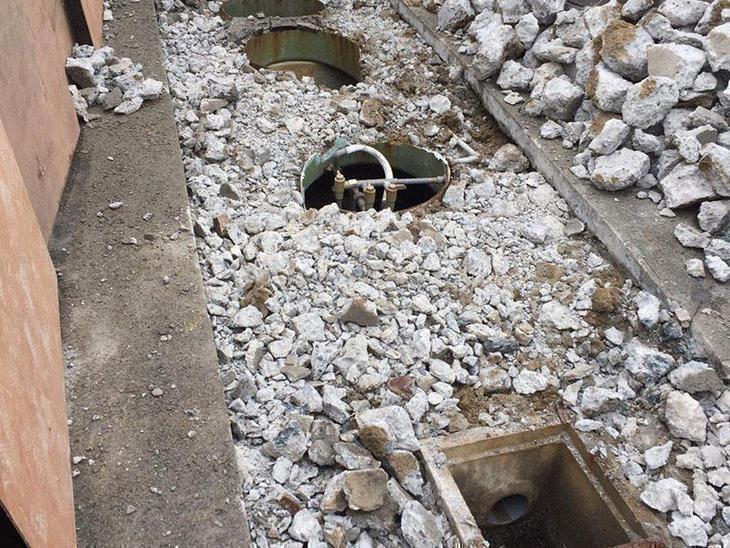 浄化槽の解体をしています。最終清掃をしてから、上半分を壊し、中に土を入れます。担当:中村