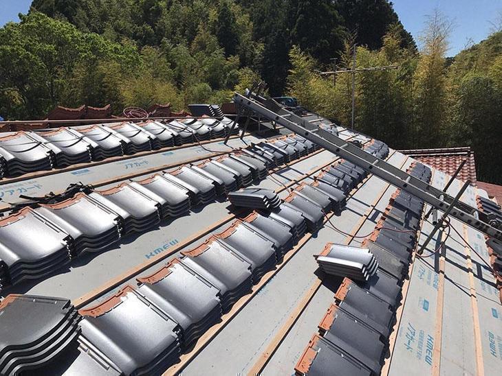 大屋根の瓦工事も着々と進んでいます。天候にも恵まれて、明日には葺き終わる予定です。担当:内田