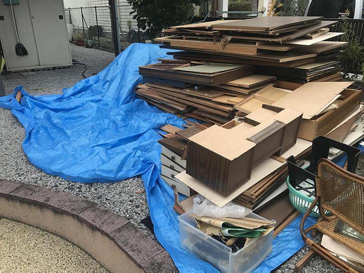解体スタート!まずはいらなくなった家具を解体し、小さくしてから処分していきます。担当:古屋