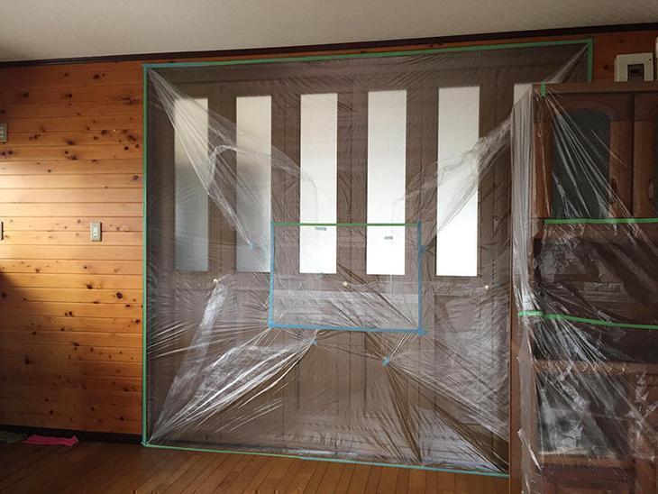 解体作業前に改装しない部屋に粉塵がはいらないように、しっかりと養生していきます。担当:安達