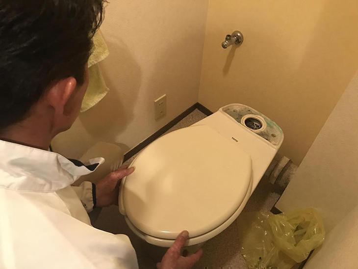 トイレの入れ替え工事です。床のクッションフロアを張り替えるので、まずは既存のトイレを外します!担当:古屋・中島