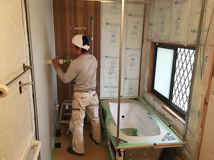 お風呂の組み立てを行なっています。施工は丸一日かかります。担当:亀田