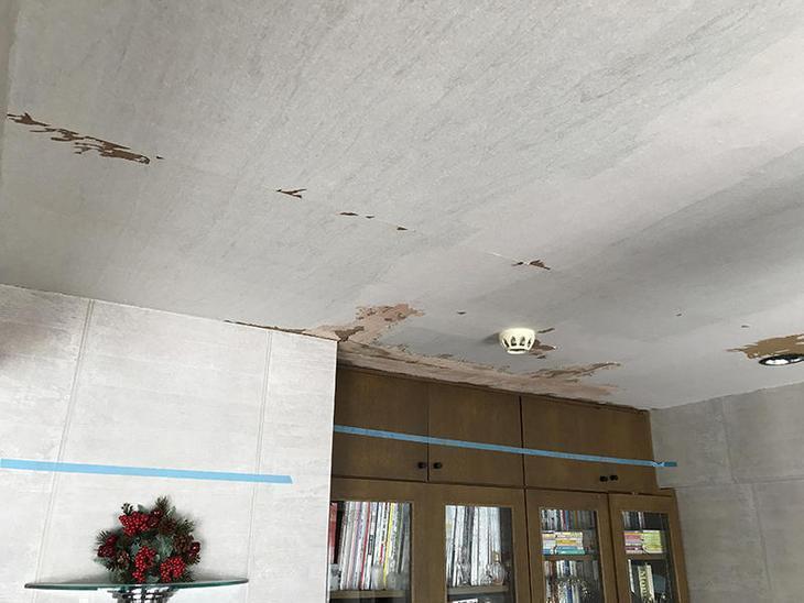 きれいにクロスを剥がしてもらいました。本棚の手前が水漏れ被害があった場所です。担当:中島