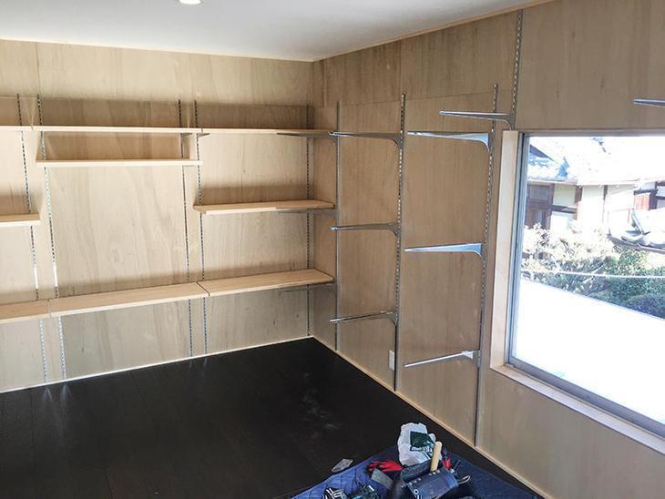 可動棚を取り付けしています。壁にレールを打ってます。担当:有田・北