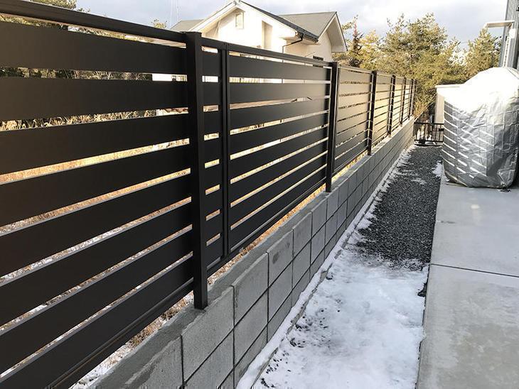 ブロックを積み上げ、ほどよい目隠しフェンスを取り付けました!担当:中村