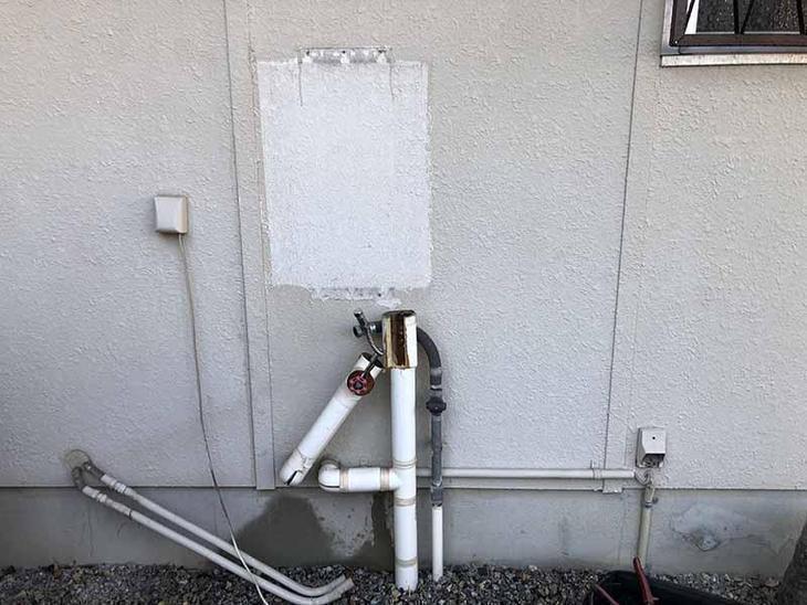給湯器の交換工事を行なっています!古くなってしまった配管を新しくしてから新商品の給湯器を接続していきます!担当:濵﨑