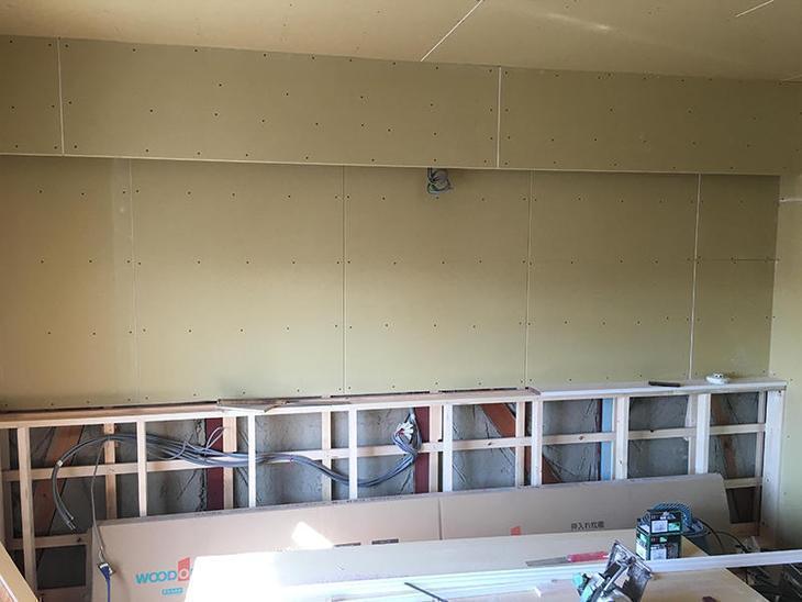 この壁にはカウンターがつき、上には間接照明がつきます。その下地ができました。担当:有田