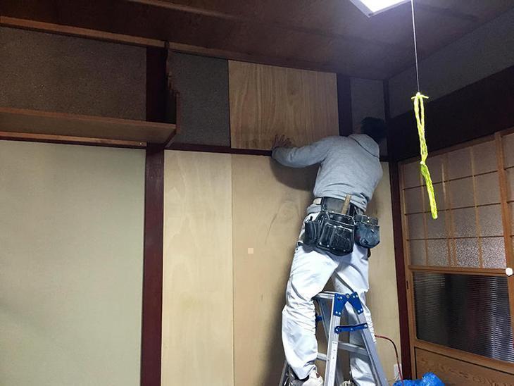 真壁のベニヤ貼りをしてます。ベニヤを貼った部分をクロスで仕上げます。担当:有田