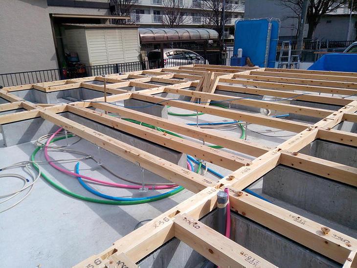 棟上げ準備中の1枚です。天候にも恵まれまして作業順調です。担当:田中