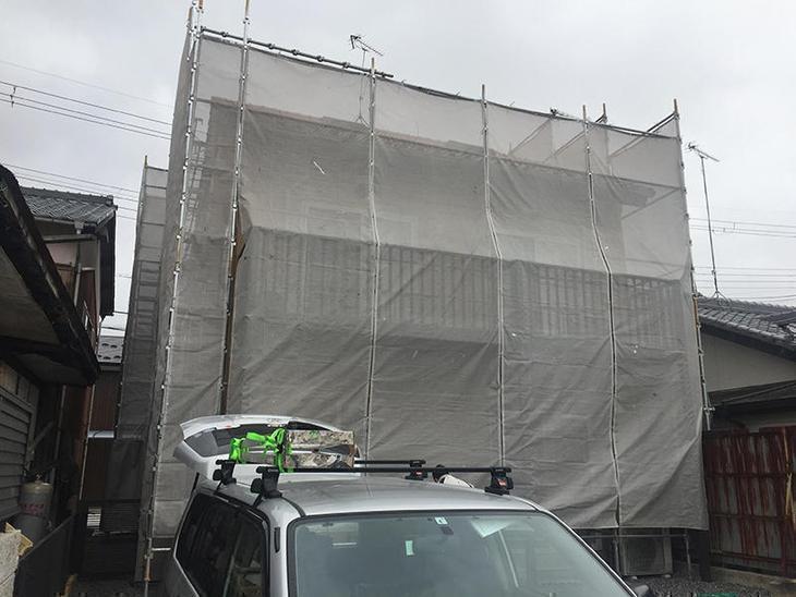 足場もほぼ組み終わり、高圧洗浄から工事をしていきます。担当:内田
