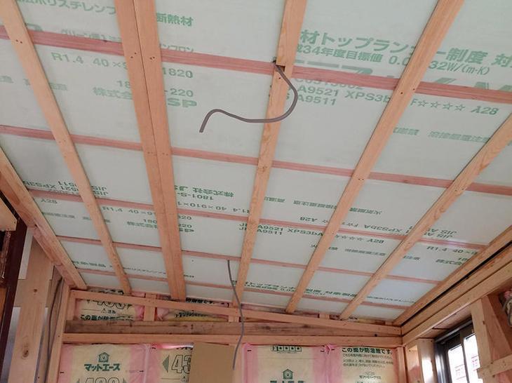 増築部分の天井と壁に断熱材をいれました 担当:北・有田・藤井