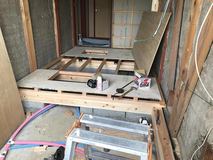 大工さんに洗面室の床を組んで頂いてます。担当:中島