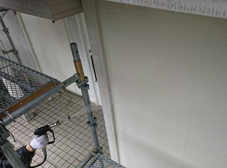 外壁塗装塗装の前に洗浄を行っていきます。しっかり丁寧に洗浄していきます。担当:亀田