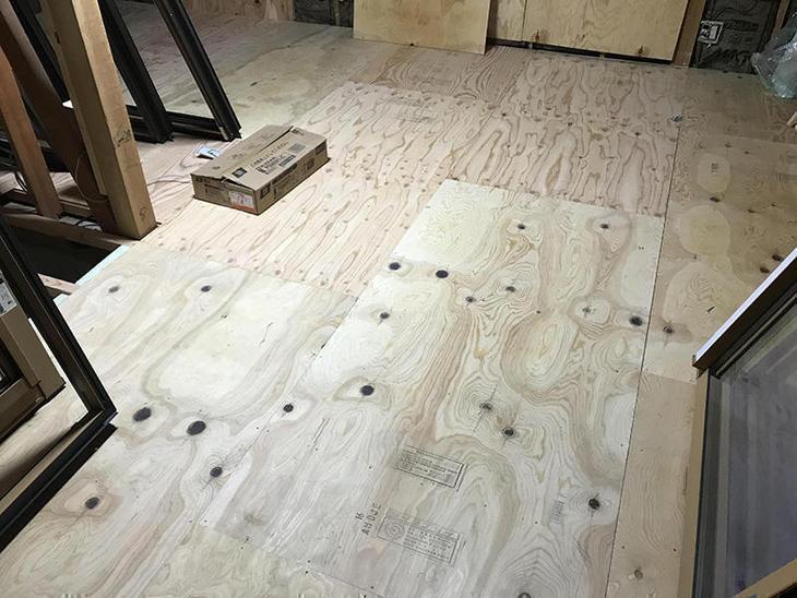 既存は床下に断熱材が入っていなかった為、すべて断熱材を充填して床材の下地を貼り終えました。担当:安達
