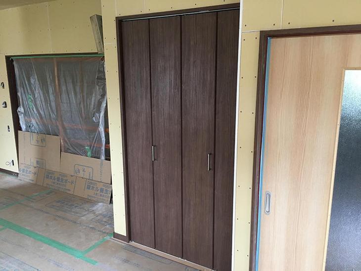LDKの収納の扉をつりました。担当:有田・藤井