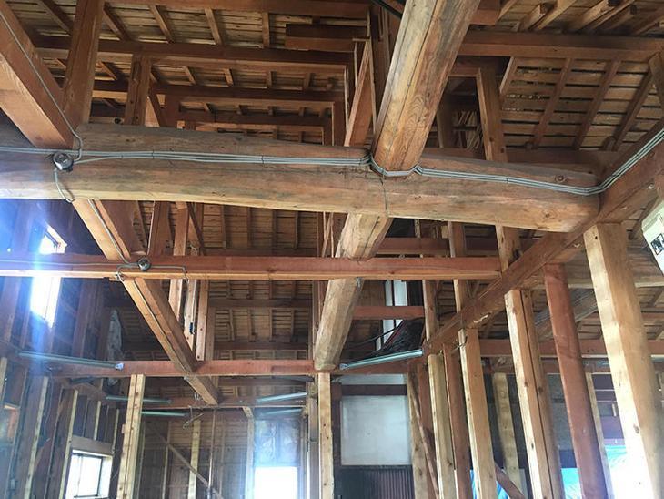 解体工事も今週で終わります。立派な梁が姿を現しました。担当:内田