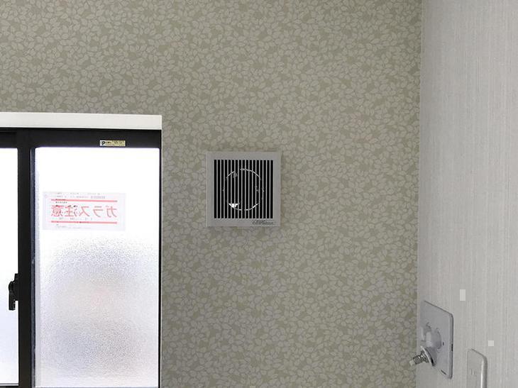 洗面所の壁は、一部アクセントクロス張りにし、換気をする為に局所換気扇を設置しました。担当:奥田・濵﨑