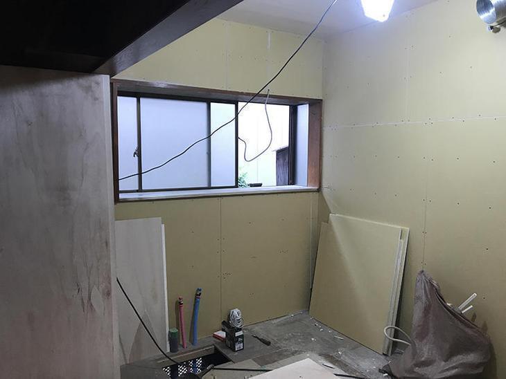 本日は大工の職人が壁にボードを張っています。この後、クロスを貼っていきます!担当:亀田・濵﨑