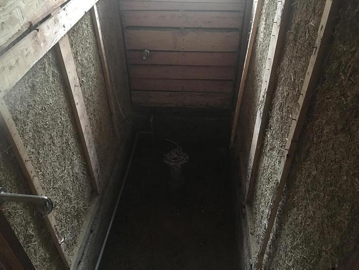 トイレ内部の解体が終わりました。白蟻の被害が部分的に見られる為、補修をしながら大工工事を進めていきます。担当:亀田