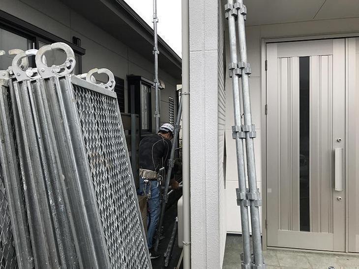 屋根外壁塗装をする前に、足場を立てています!一般的なサイズのお家なら、1日で立ちます!担当:中村