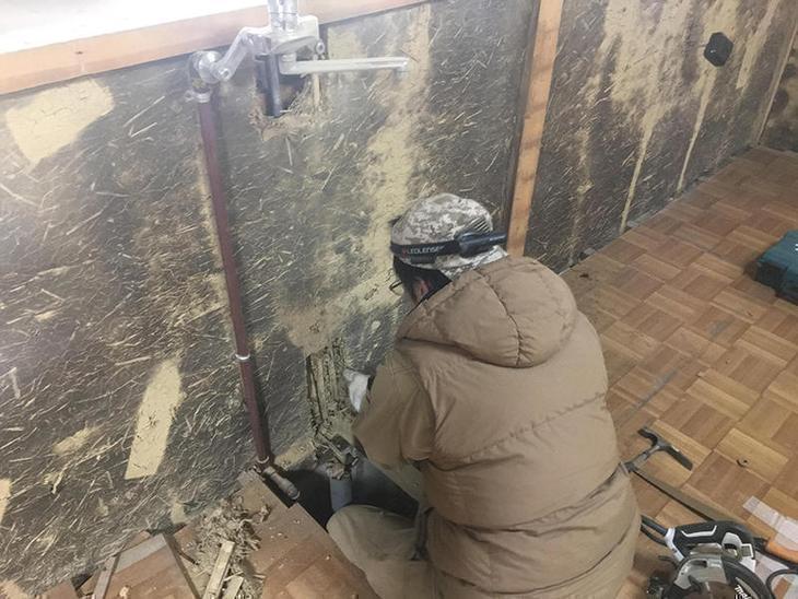 キッチンの配管を新しく仕込み直していきます。頼りになる職人さんです。担当:亀田