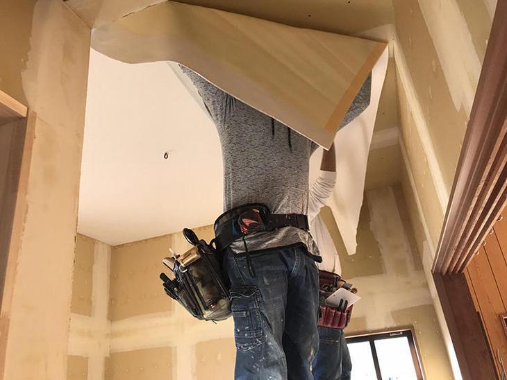 改修した部屋に壁紙クロスを張っていきます。下地にはしっかりパテをしてクロスが剥がれないように張っていきます。担当:藤野・山中