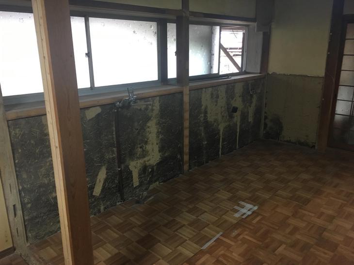 無事キッチンの解体が終わりました!次は配管、配線の仕込みに入っていきます。担当:亀田
