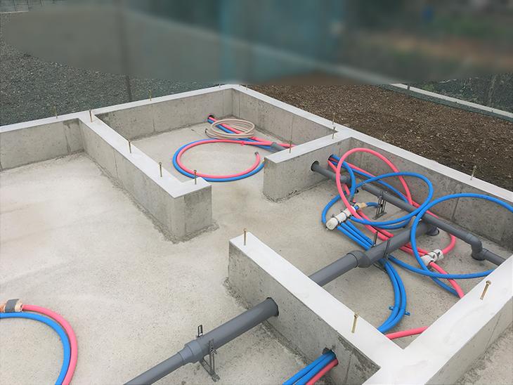 基礎内に宅内設備の配管を施工しています。担当:森井