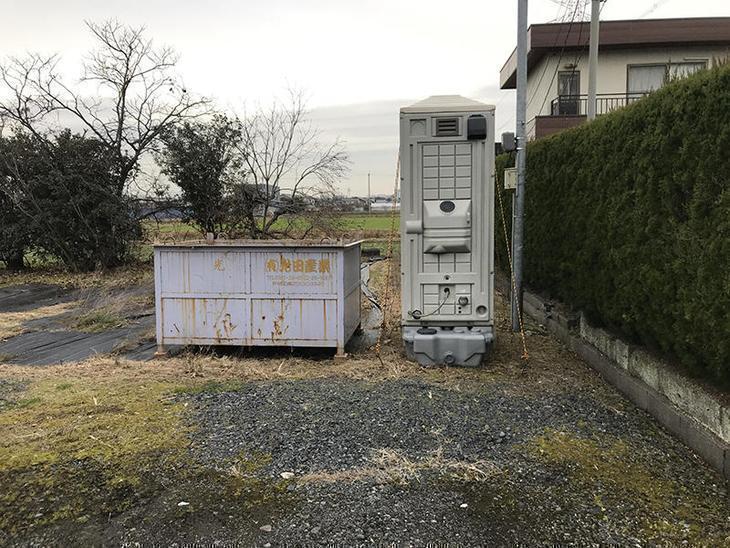 工事前に施工中に出たゴミを入れるゴミ箱と施工中に職人さんが使用する仮設トイレを設置しました。担当:亀田・濵﨑
