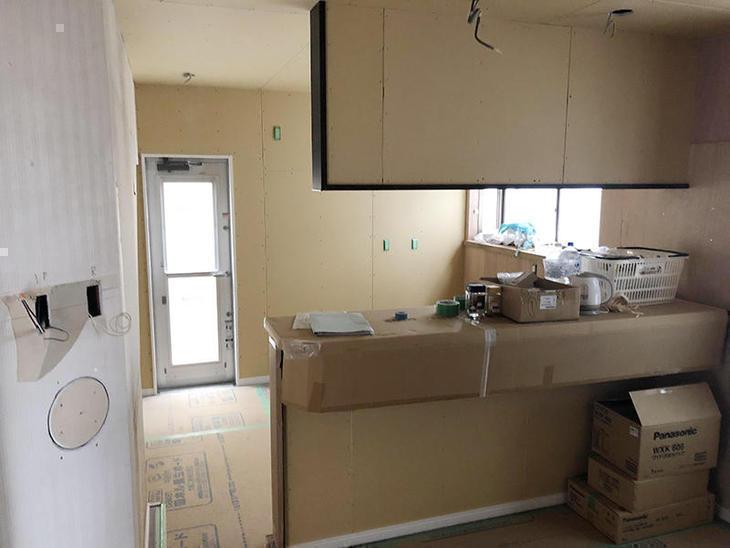 対面キッチンの腰壁、垂れ壁ができました。担当:有田