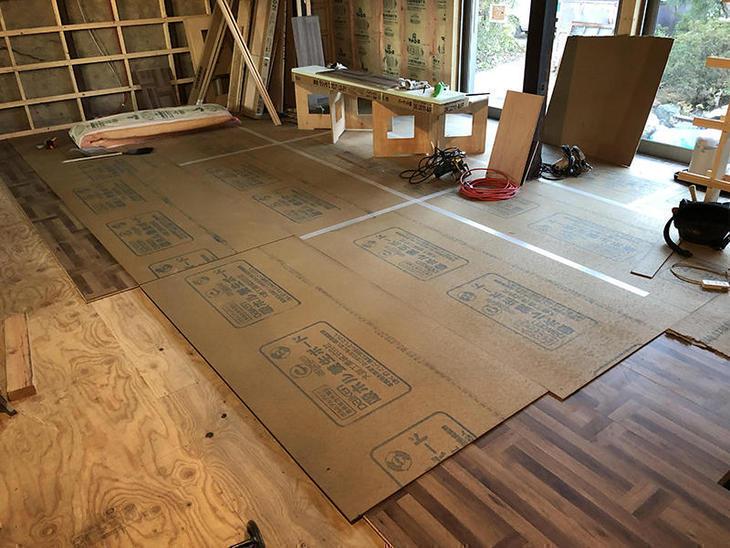 LDKの床のフロアを貼ってます。傷がいかないように養生ボードを貼りながら作業しています。担当:有田