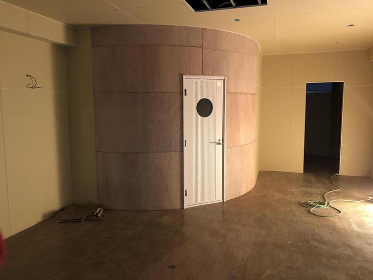 防音のドア枠、建具をつけ、アールの壁を曲げベニヤを貼りました。担当:有田・藤野・山中