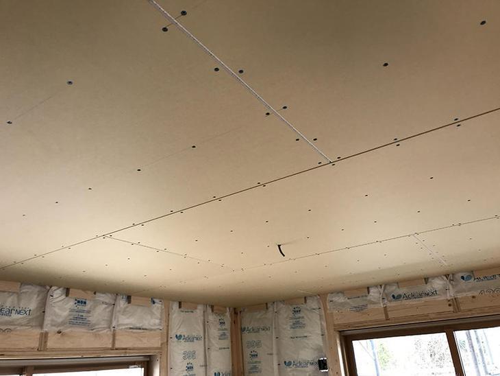 天井には9mmの石膏ボードを貼っていきます。担当:森井
