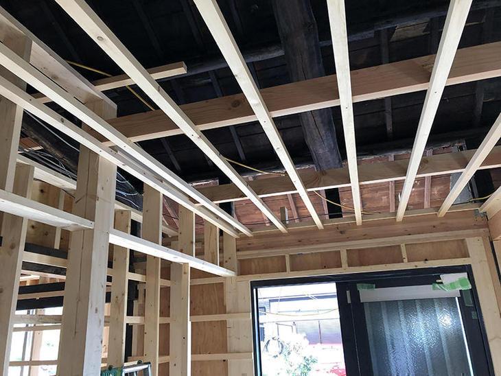 天井下地ができました。次は天井断熱材を入れていきます。担当:有田