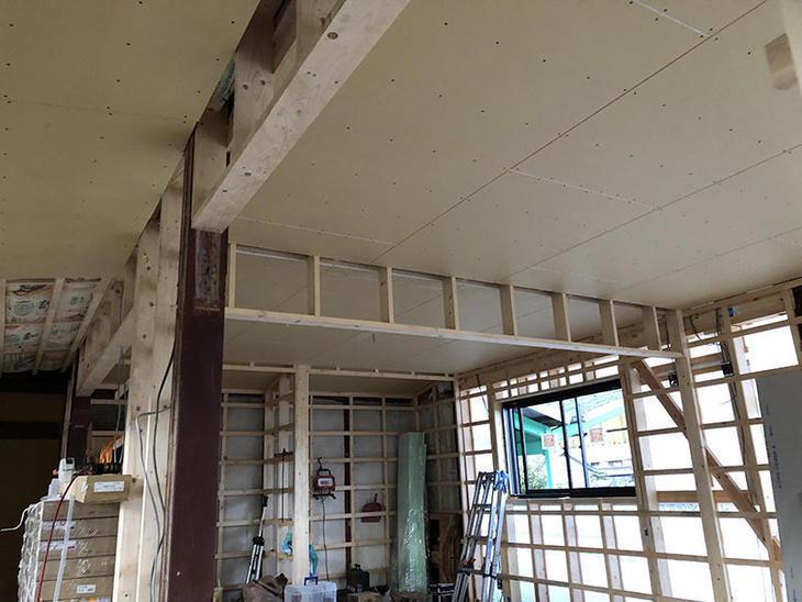 天井下地もでき、天井のボードが貼れました。担当:有田