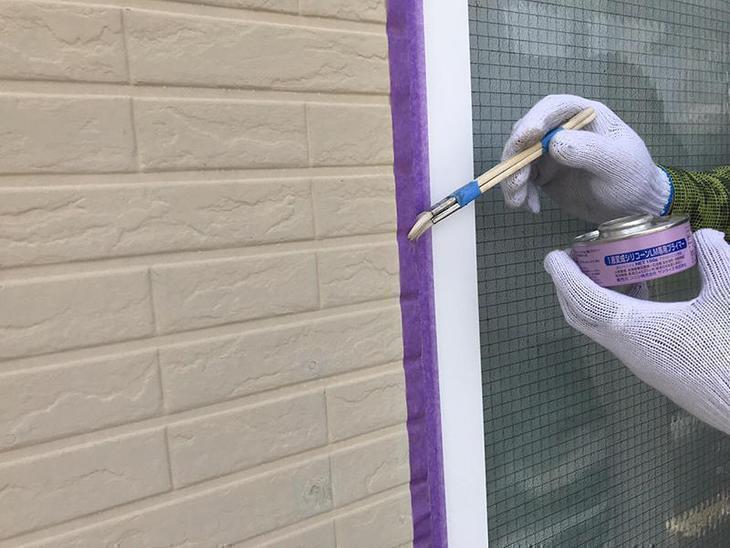 外壁のコーキング工事です。コーキングを打つ前にプライマーを塗っていきます!担当:古屋・高見