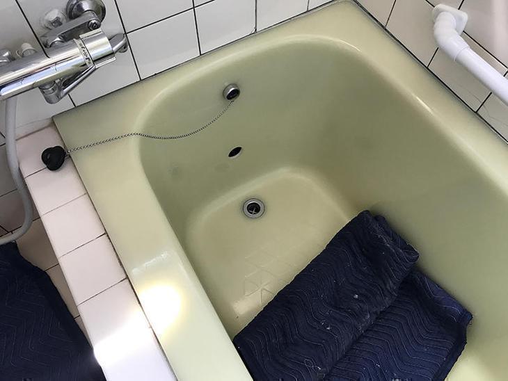 エコキュート設置にともなって追い炊き配管を新設しています!FRP浴槽に追い炊き用の穴をあけました!担当:高田