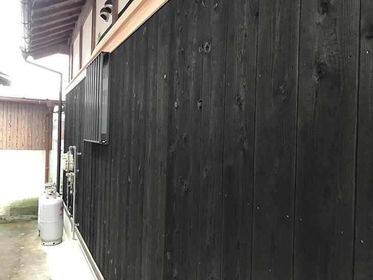 外部の焼き板を貼りました!今回は、中本造林の塗装ブラックを使用しました!担当:高田・吉田・中嶋