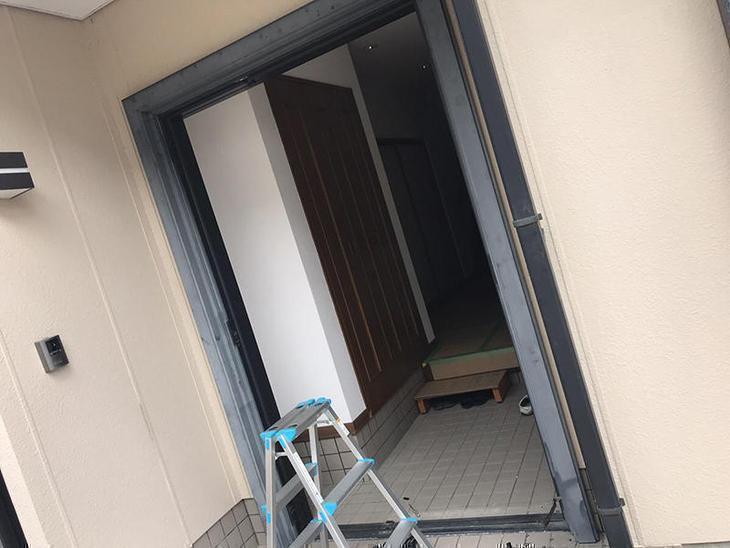 玄関ドアを解体しています。まずはドアを外していきます。担当:古屋・高見