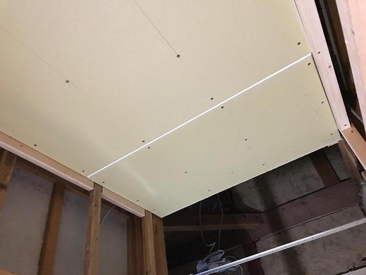 洗面室の壁と天井下地が完成したので、ボードを貼っていきます。担当:古屋・高見