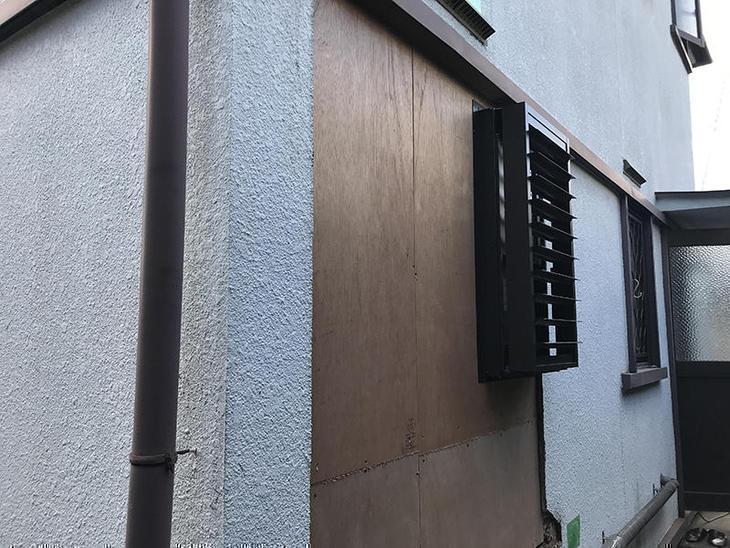 お風呂の窓を交換しました。以前は面格子で外から見るとシルエットが見えていましたが、目隠しルーバータイプにしましたので、外から見えることはありません。換気をするときはルーバーを動かすことができるので脱衣所にもおすすめです!担当:高田