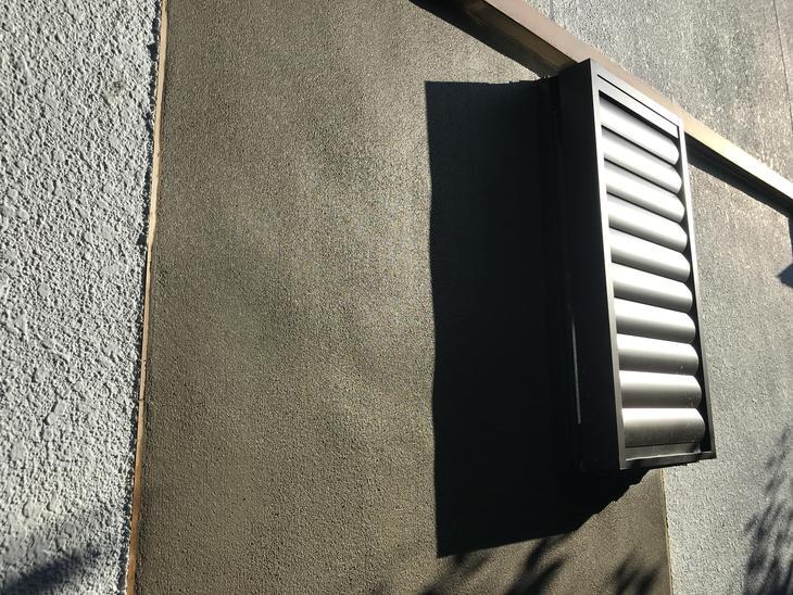 窓入れ替え時に外壁をとりましたのでモルタル補修をしました!乾いてから塗装をするので、表面は刷毛引きでパターンが付きやすくしています!担当:高田