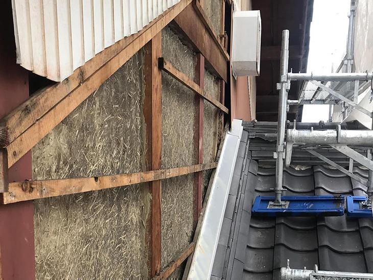外壁を新しく貼り替える為、既存の外壁を撤去してます。担当:岩城