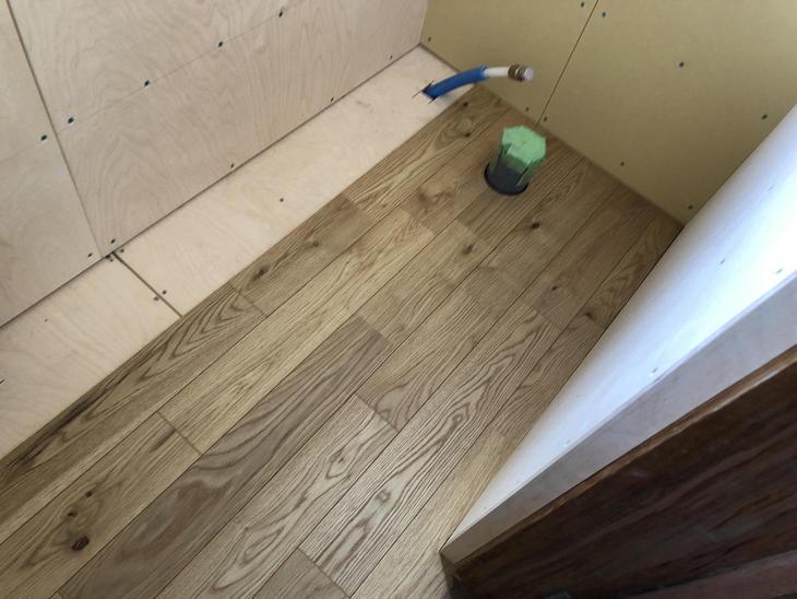 配管の仕込みが終わり、トイレにフローリングをはっていきます!担当:高見