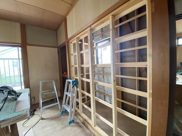 2階の押入れだった場所に新しくトイレをつくっています。窓も設置して、換気環境も確保!完成が楽しみです。担当:内田