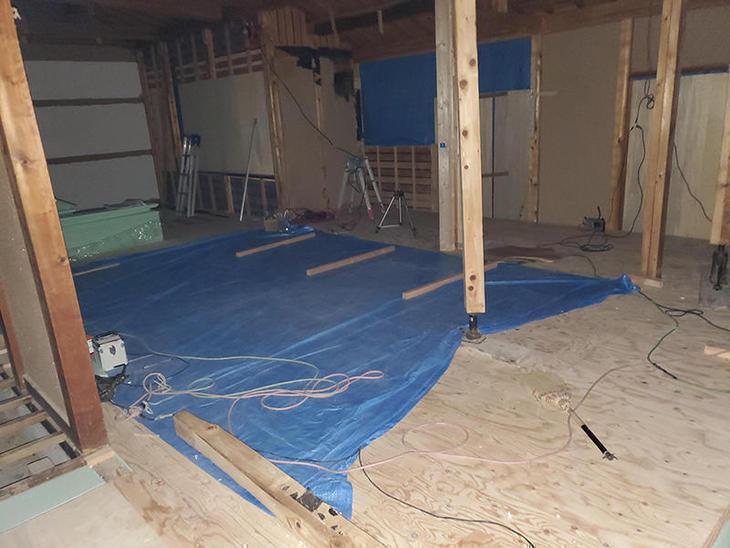 根太の間に断熱材を入れ、床板を貼りました。【野洲店】中村大己