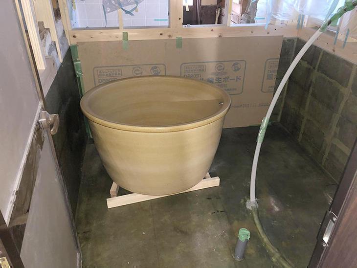 信楽焼の浴槽を設置し、排水や追い焚きを接続していきます 【彦根店】北
