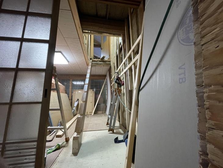 元々の階段を解体して新しくストリップ階段を付けます。【堅田店】北川