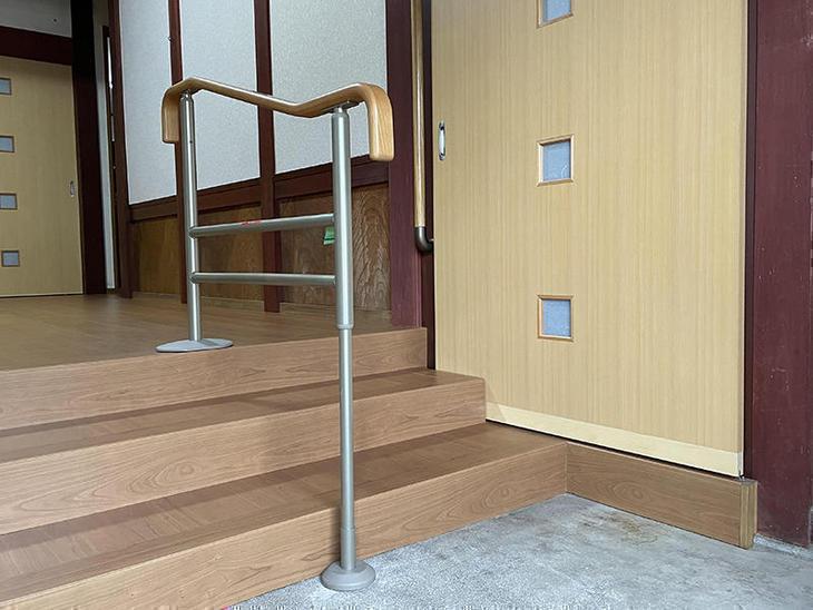 玄関を上がるために手すりを設置しました。安心して上り下りが可能になります!【水口店】亀田・越田